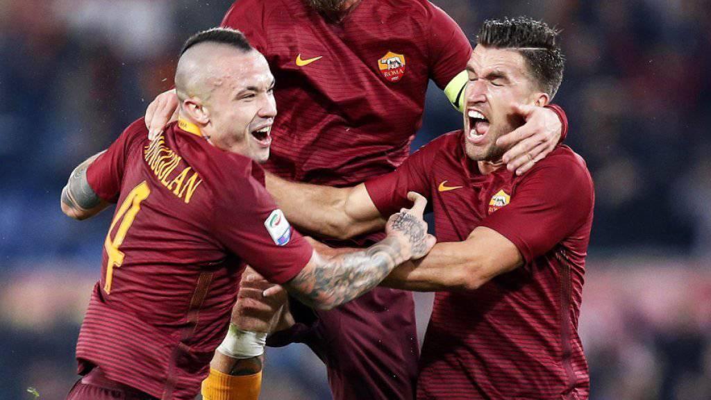 Radja Nainggolan (ganz links) erzielt das Siegtor für die Roma gegen Milan