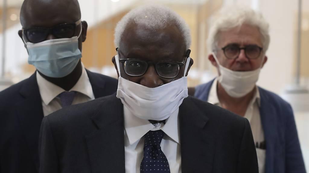 Gegen Lamine Diack (Mitte) ist eine vierjährige Gefängnisstrafe beantragt