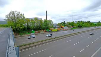 Neu wird die nordseitige Hauptstrasse zwischen Pratteln und Augst nicht mehr entlang des Rheins, sondern entlang der Autobahn A2 (Bildmitte) geführt.
