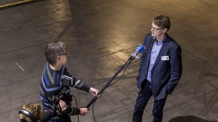 Grossrat Thomas Leitch spricht am Rande der Grossratssitzung in der Umweltarena in Spreitenbach mit AZ-Journalisten.