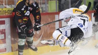 Achtung, Spieler kommt geflogen: Berns Tristan Scherwey sieht Luganos Bobby Sanguinetti heranfliegen