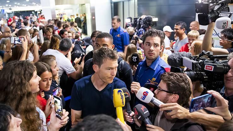 Stephan Lichtsteiner gibt nach der Rückkehr von der WM in Russland am Flughafen Zürich geduldig Auskunft.
