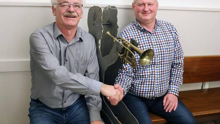 Anton Lack (abtretender Präsident, links) übergibt seinem Nachfolger Dominik von Arx (neuer Präsident, rechts) den Vorsitz der Brass Band Kappel.