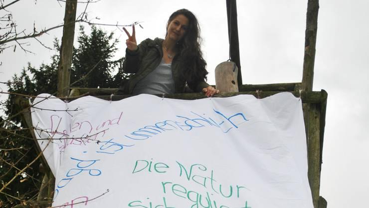 Nancy Holten protestiert auf einem Hochsitz gegen die Jagd.