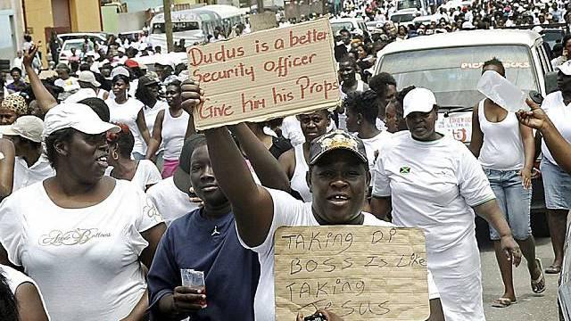 Menschen in Kingston demonstrieren für Drogenboss Coke