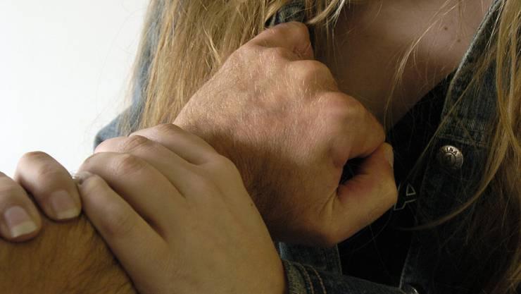 Ein Unbekannter hat im Zug eine behinderte Frau sexuell belästigt (Symbolbild)