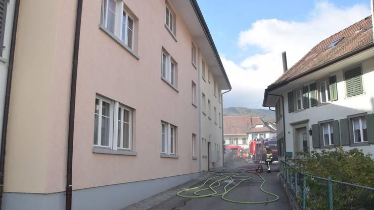 Am Sonntag brach in einem Mehrfamilienhaus aus noch unerklärlichen Gründen ein Brand aus.