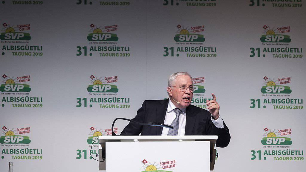 Christoph Blocher warnt vor dem «Unterwerfungsvertrag» und stimmt seine Partei auf ein Referendum gegen den EU-Rahmenvertrag ein. (KEYSTONE/Melanie Duchene)
