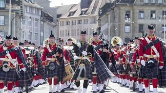 Eine schottische Formation läuft durch die Basler Innenstadt.