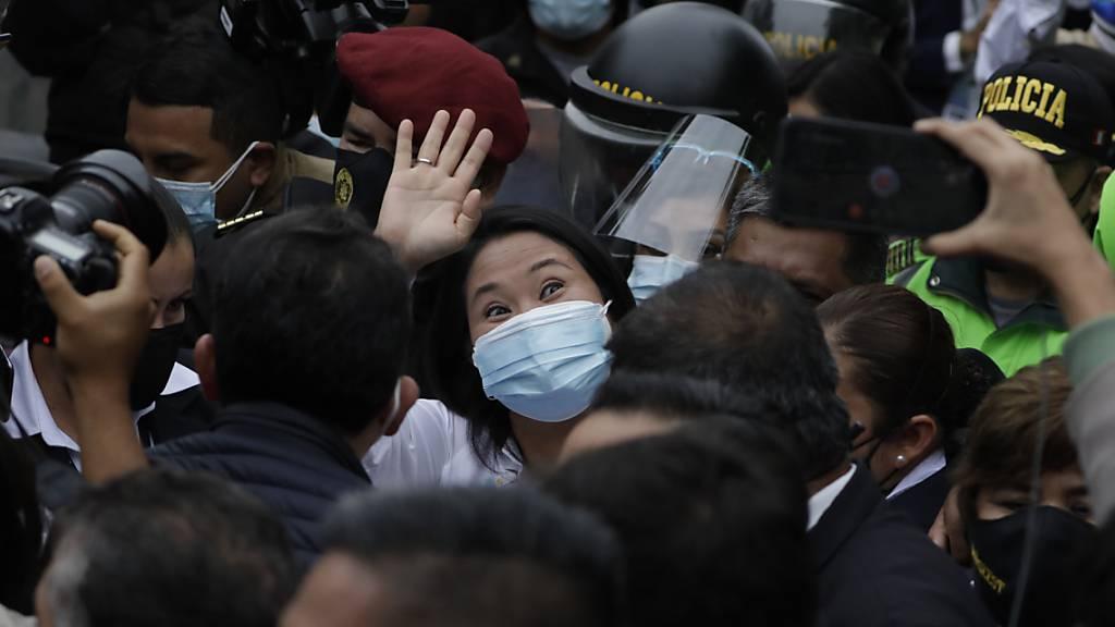 Präsidentschaftskandidatin Keiko Fujimori winkt nach der Wahl in Peru. Foto: Guadalupe Prado/AP/dpa