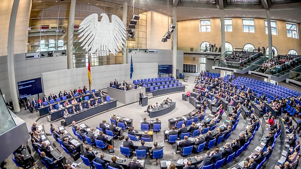 ARCHIV - Der Plenarsaal während einer Sitzung des Deutschen Bundestages. Ab Dienstag gilt auch im Bundestag eine Maskenpflicht. Foto: Michael Kappeler/dpa