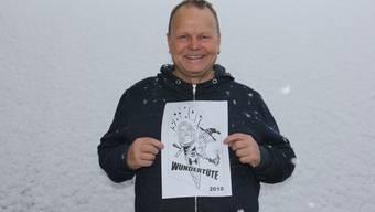 """Thomas Steinhauer von den Konfettispalter Brugg zeigt das Fasnachtssujet 2018 """"Wundertüte"""". welches mit Barbara Horlacher Bezug nimmt zu den Stadtammannwahlen."""