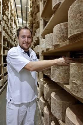 Tom Calver in seinem Keller mit Cheddarkäse. Bild: I. Schindler