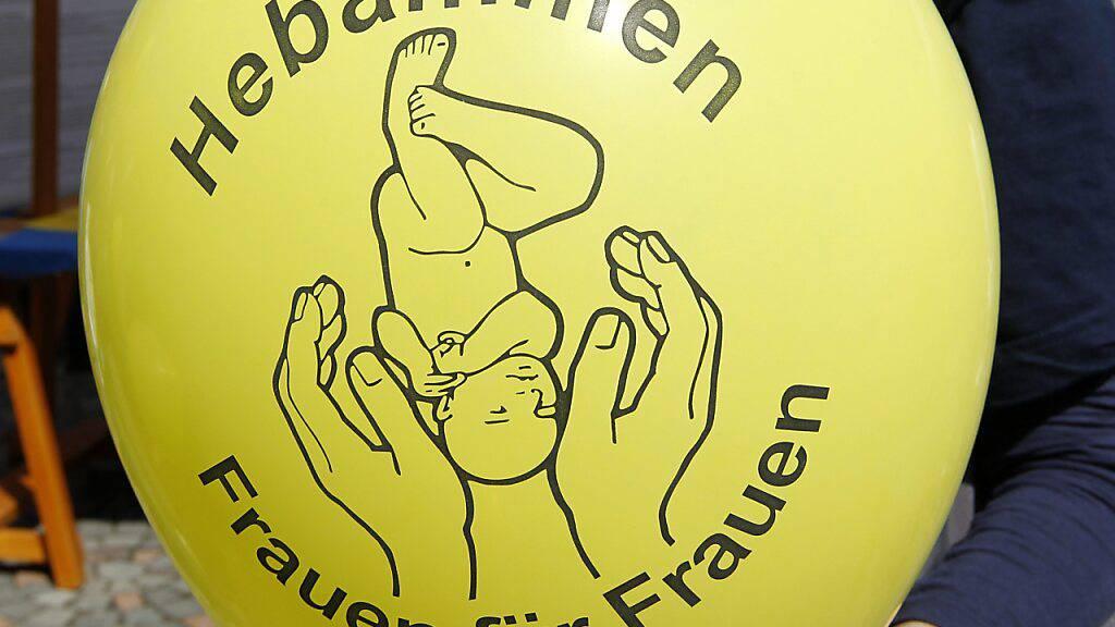 Keine Pflicht für Hebammen-Wartgeld im Kanton Schwyz