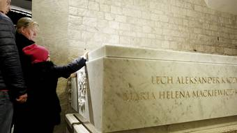 Letzte Ruhe im Steingrab: Polens Präsidentenpaar Lech und Maria Kaczynski nach Exhumierung erneut bestattet.