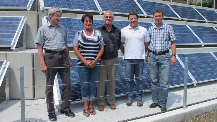 Peter Schneider (Schneider AG, Grenchen), Laura und Frédy Grimm (Bauherrschaft), Markus Steiner (Bieri Haustechnik AG, Grenchen) und Kurt Wüthrich (Viessmann Schweiz AG, Luterbach). (von links)