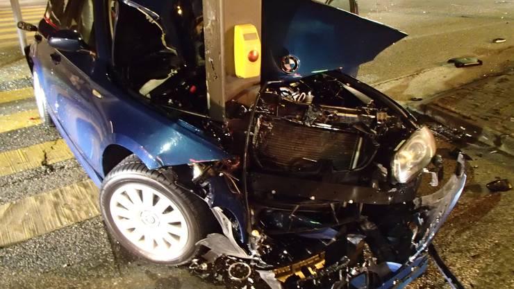 Grosser Schaden, aber noch grösseres Glück für den Fahrer dieses Autos, der sich nur leicht verletzte.