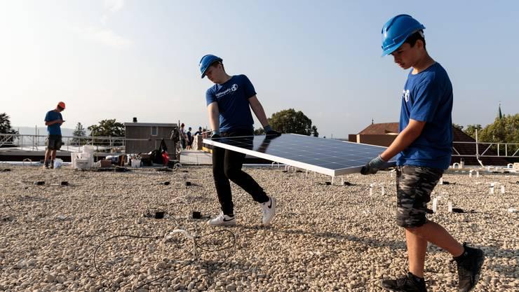Grenchner Schüler bauen auf dem Turnhallendach eine Solaranlage