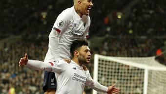 Liverpools Alex Oxlade-Chamberlain (unten) feiert mit Roberto Firmino den Treffer zum 2:0.