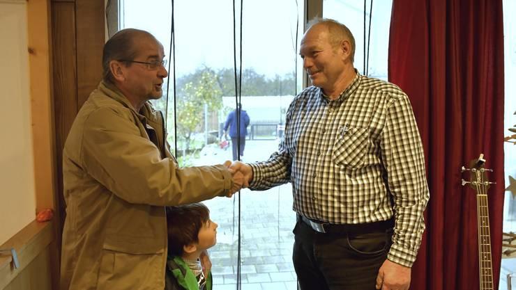 Amteipräsident Roberto Conti (links) macht dem neuen Gemeindepräsidenten Fritz Lehmann seine Aufwartung.