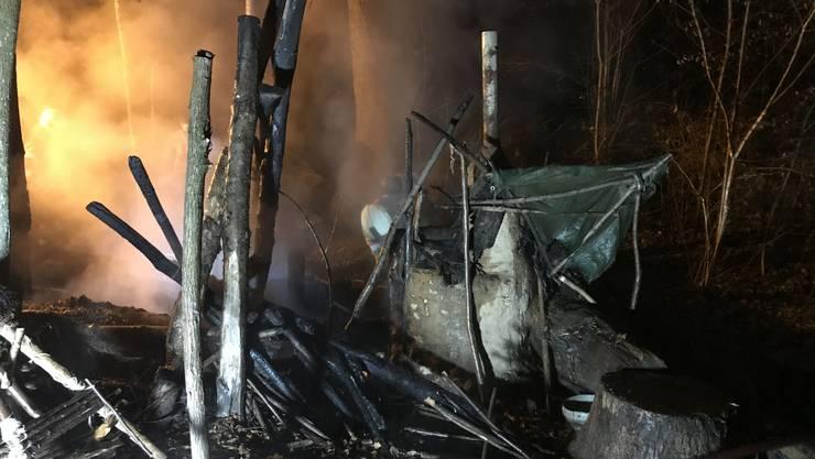 In der Nacht auf Sonntag brannte in Reinach eine selbstgebaute Waldhütte ab.