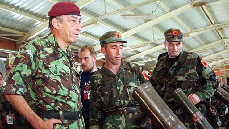 Ramush Haradinaj (Mitte) als UCK-Anführer bei einer Waffeninspektion 1999.