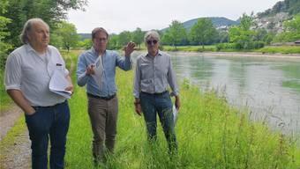 Die Co-Präsidenten Leo Keller und Peter Gloor mit Vorstandsmitglied Wilhelm Boner (von links) bei der gestrigen Medienorientierung auf dem Mitteldamm (Höhe Fischereigrenze Aargau/Solothurn).