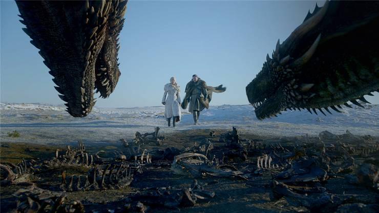 Daenerys Targaryen (Emilia Clarke) und Jon Schnee (Kit Harington) haben sich verbündet. Doch was bleibt, wenn die Schlacht gegen die Armee der Untoten ausgefochten ist? Und vor allem: Wer überlebt? Wer stirbt?