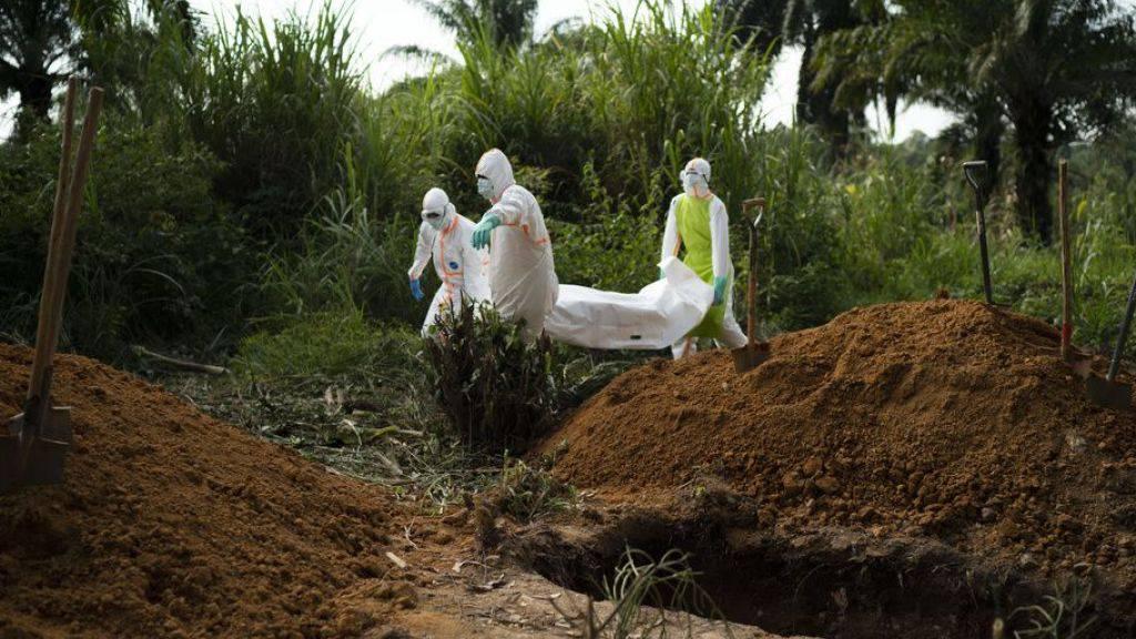 Helfer beerdigen die Leiche eine Ebola Opfers in Beni in der Demokratischen Republik Kongo. (Archivbild)