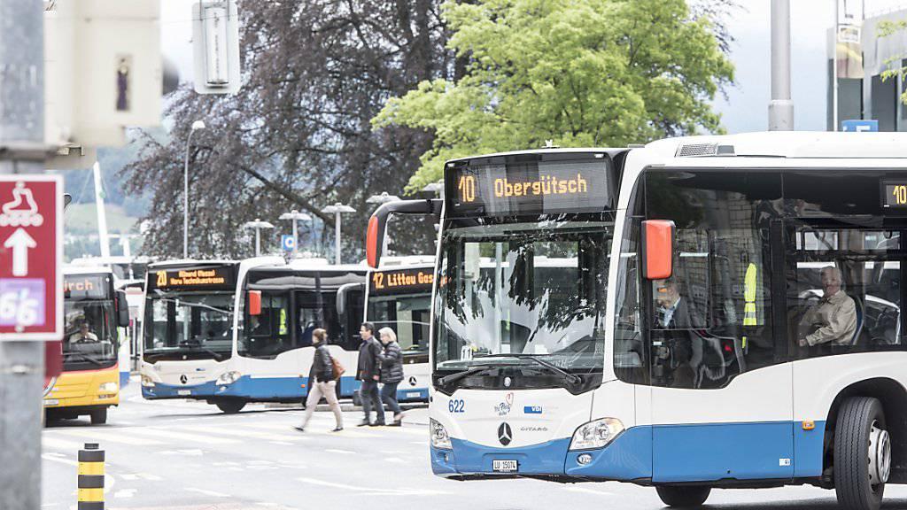 In Luzern ist ein Mann von einem Bus der Verkehrsbetriebe erfasst und tödlich verletzt worden. (Archivbild)