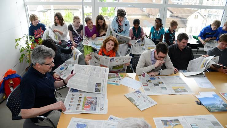 An der morgendlichen Sitzung wurde die Zeitung von gestern analysiert.