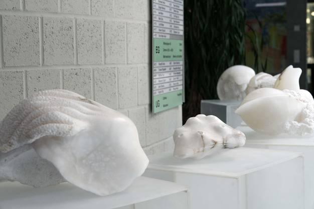 Skulpturen innen im Eingangsbereich