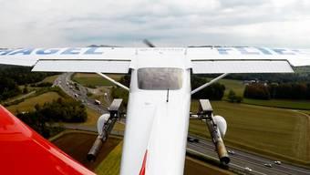 Das Spezialflugzeug ist mit einer Sprühvorrichtung ausgestattet, fliegt unter die Hagelwolke und setzt Silberjodid frei. So wird verhindert, dass sich grosse und schwere Hagelkörner bilden können.