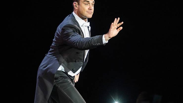 Mehr Einsatz mit dem Zeigefinger: Robbie Williams verrät den Trick, wie er auf der Bühne seinen Rücken schont. (Archivbild)