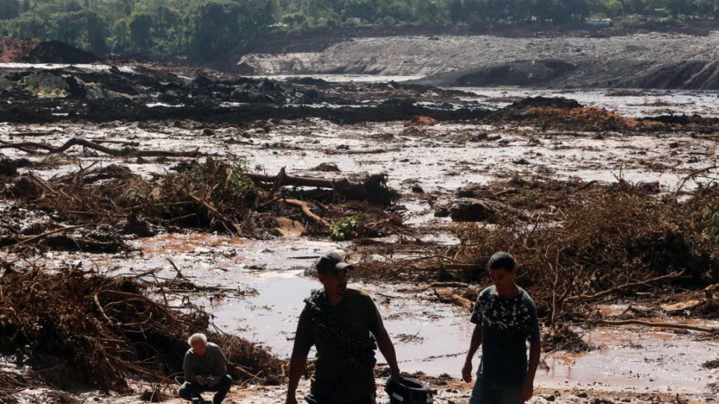 Die Helfer nach einem Dammbruch in Brasilien konnten weit und breit nur im Schlamm nach Vermissten suchen.