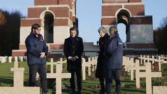 Frankreichs Präsident Emmanuel Macron und die britische Premierministerin Theresa May besuchen das Ehrenmal für die britischen und südafrikanischen Einheiten im nordfranzösischen Thiepval.