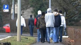 Asylbewerber in Rekingen spazieren in Richtung Bad Zurzach. Jetzt haben sie Besuch von Regierungsrätin Susanne Hochuli bekommen. (wal)
