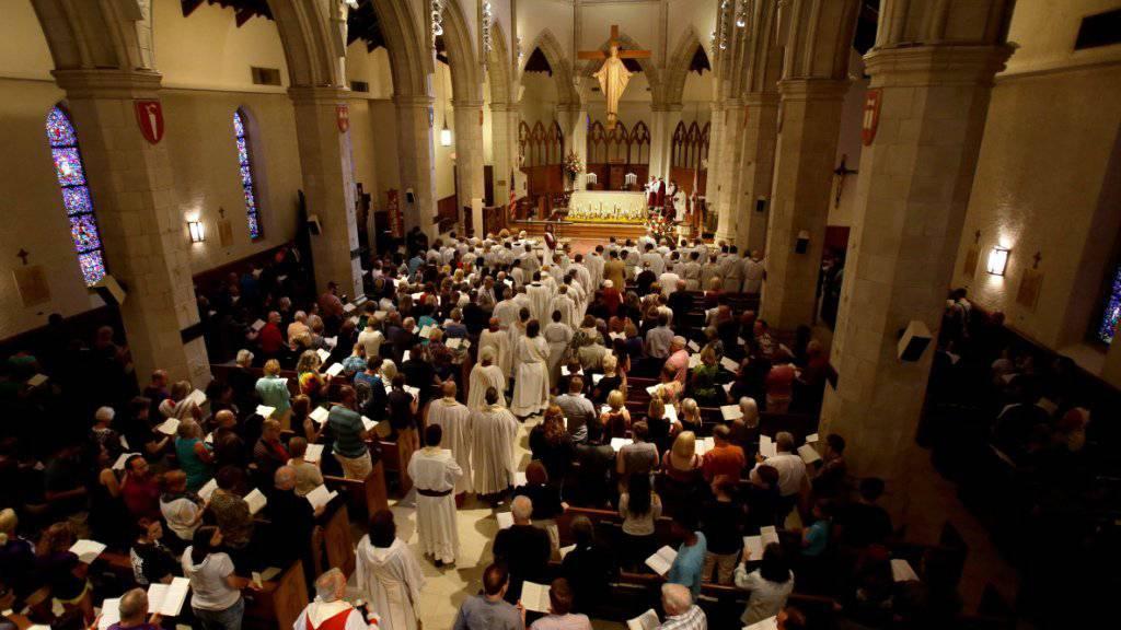 Die Gedenkfeier in Orlando begann mit einem Gottesdienst in der Cathedral Church of St. Luke.