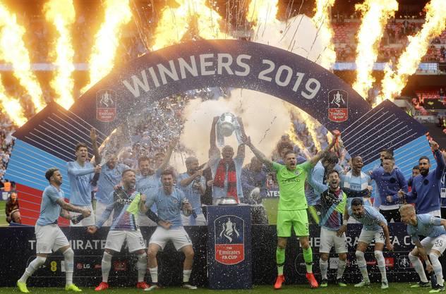 Manchester City feiert den dritten Titel der Saison.