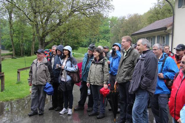 Gespannt hört die Gruppe um Nationalrat Urs Schläfli (vorne rechts) einem Referat über die ehemalige Burg am Aeschisee zu.