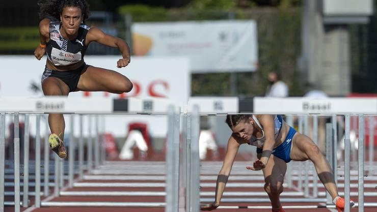 Ditaji Kambundji fliegt einer neuen Bestzeit entgegen, während die Konkurrentinnen straucheln.
