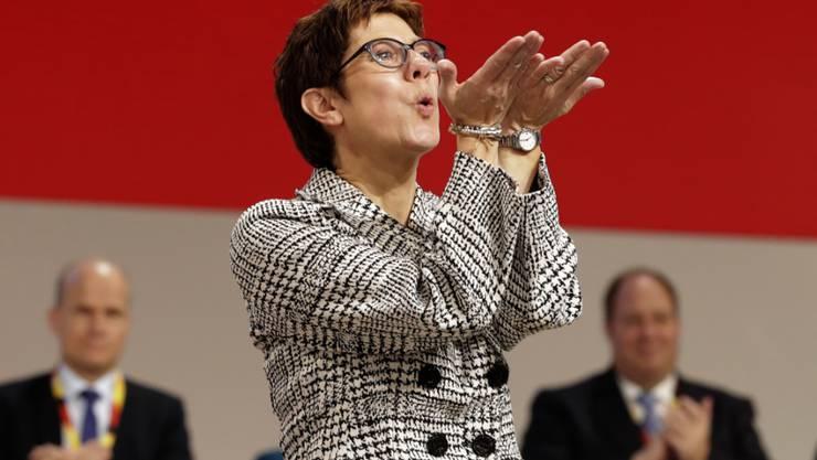 Annegret Kramp-Karrenbauer, die neue starke Frau in der CDU, verteilt Kusshände nach ihrer Wahl zur Nachfolgerin von Angela Merkel als Parteivorsitzende.