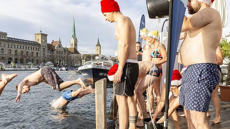 361 teilweise kostümierte Menschen wagten am Sonntag bei einer Wassertemperatur von 8 Grad den Sprung in die Limmat.