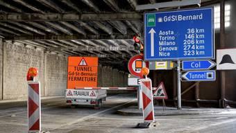 Kein Durchkommen letzten Herbst: Gesperrtes Tunnelportal auf der Schweizer Seite des Grossen St. Bernhard.