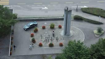 Auf der Skulptur vor dem Spital Limmattal sind die Trägergemeinden mit ihren Wappen vertreten.