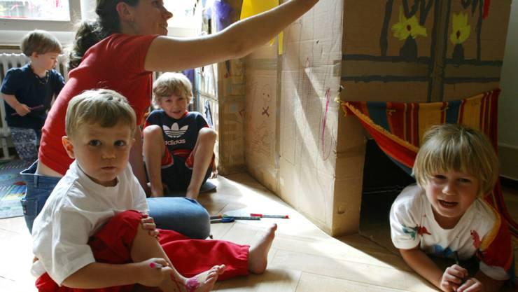 In der Schweiz werden fast zwei Drittel der Kinder unter 13 Jahren familienergänzend betreut. Etwa ein Drittel besucht eine Kita oder eine schulergänzende Betreuungseinrichtung. (Archivbild)