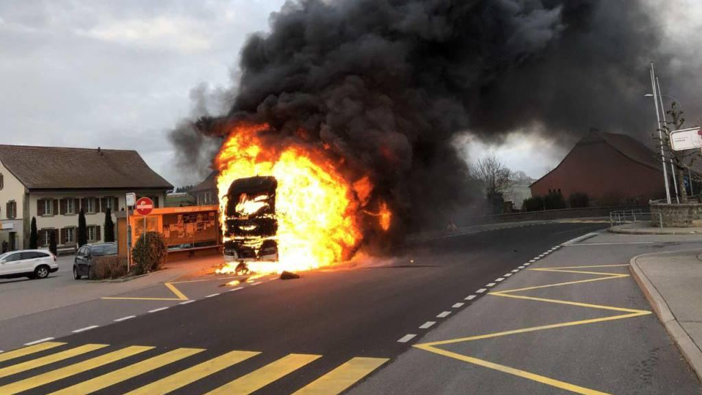 Technischer Defekt setzt Lastwagen in Farvagny in Brand