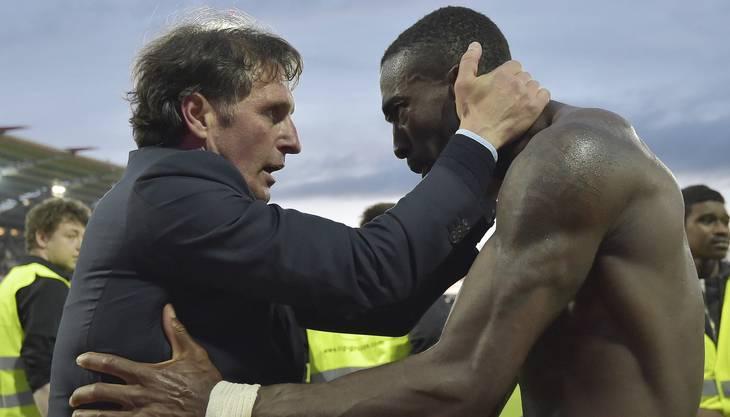 Trainer Labbadia und Captain Djourou sind erlöst. Der HSV hat sich in der Barrage gegen den Karlsruher SC in letzter Sekunde gerettet.