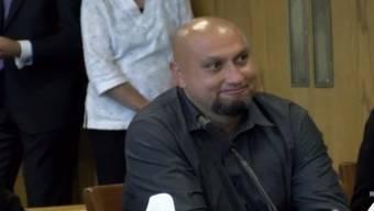 Christopher Tapp vor Gericht, als er den Freispruch vernimmt.