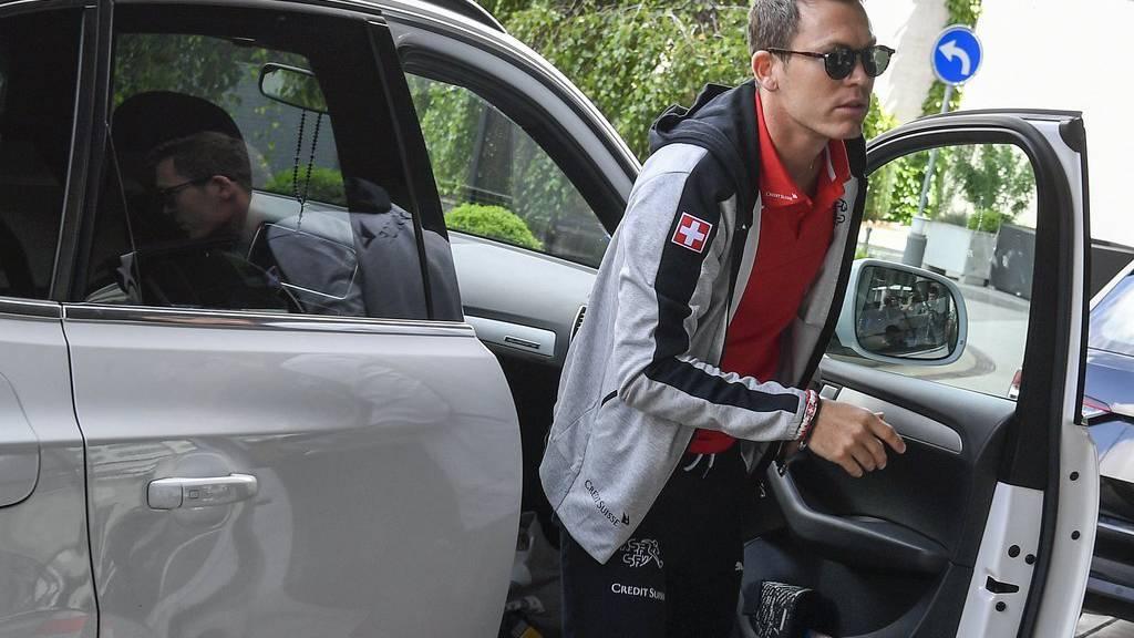 Der Fussballspieler Stephan Lichtsteiner vor dem Abflug der Schweizer Fussballnationalmannschaft nach Frankreich an die EM, auf dem Flughafen Zürich in Kloten.